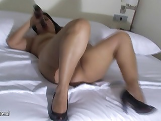 amateur spanish mother masturbate on her bed